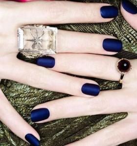 Blu-intenso-colore-moda-unghie-autunno-inverno-2014-2015