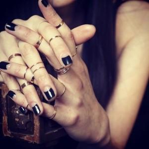 half-moon-manicure-per-unghie-punk