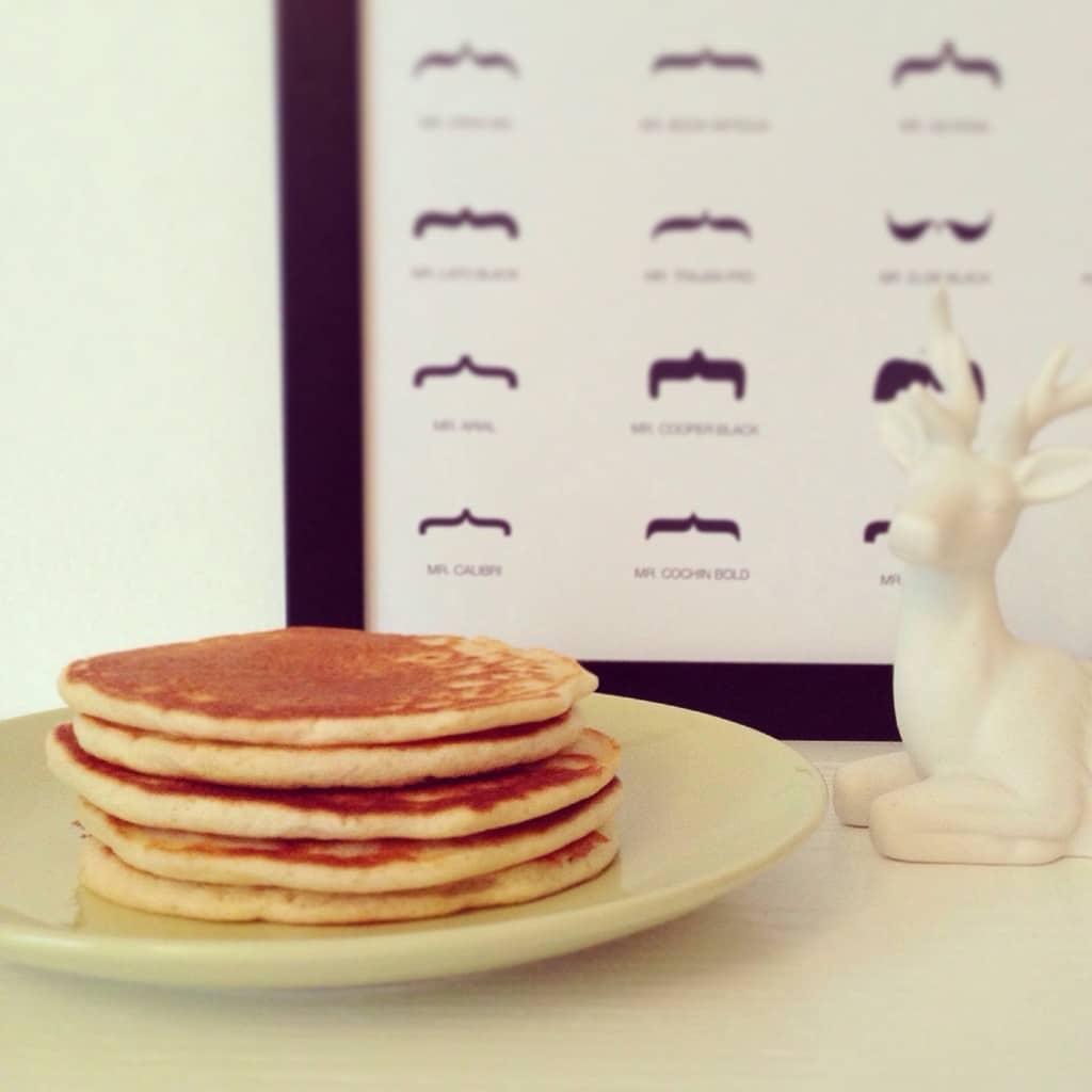 Pancakes del mattino con sciroppo d'acero