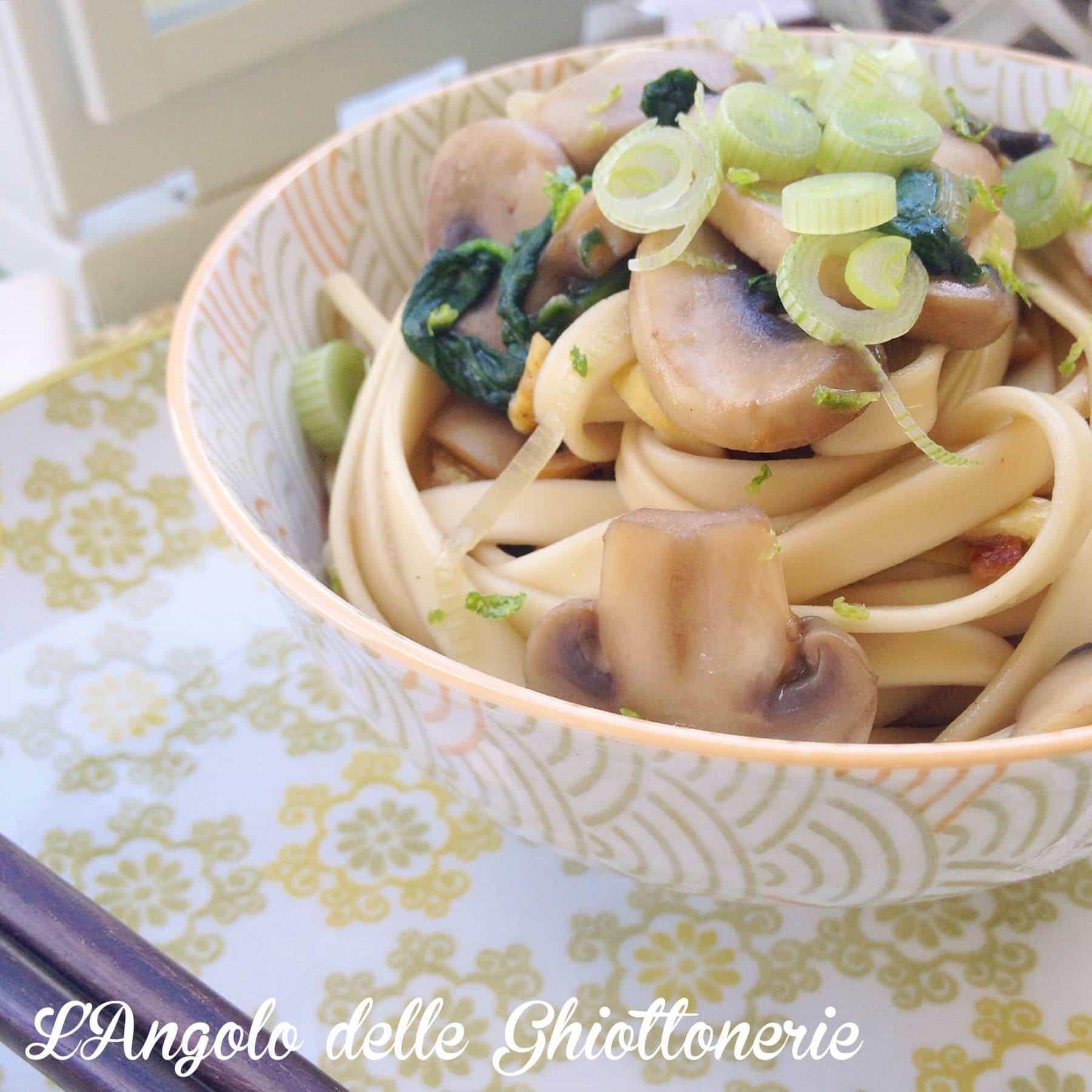 Veggie udon con frittatina, spinaci novelli, funghi