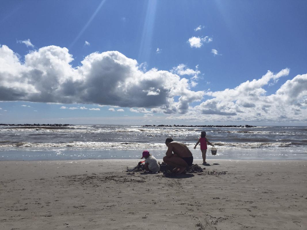 Bimbi al mare con i nonni