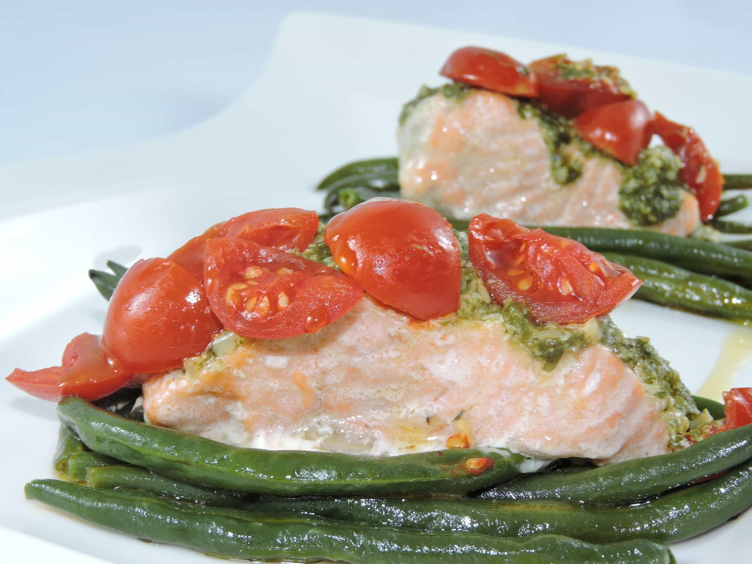 salmone al forno su letto di fagiolini al gusto di pesto e datterini