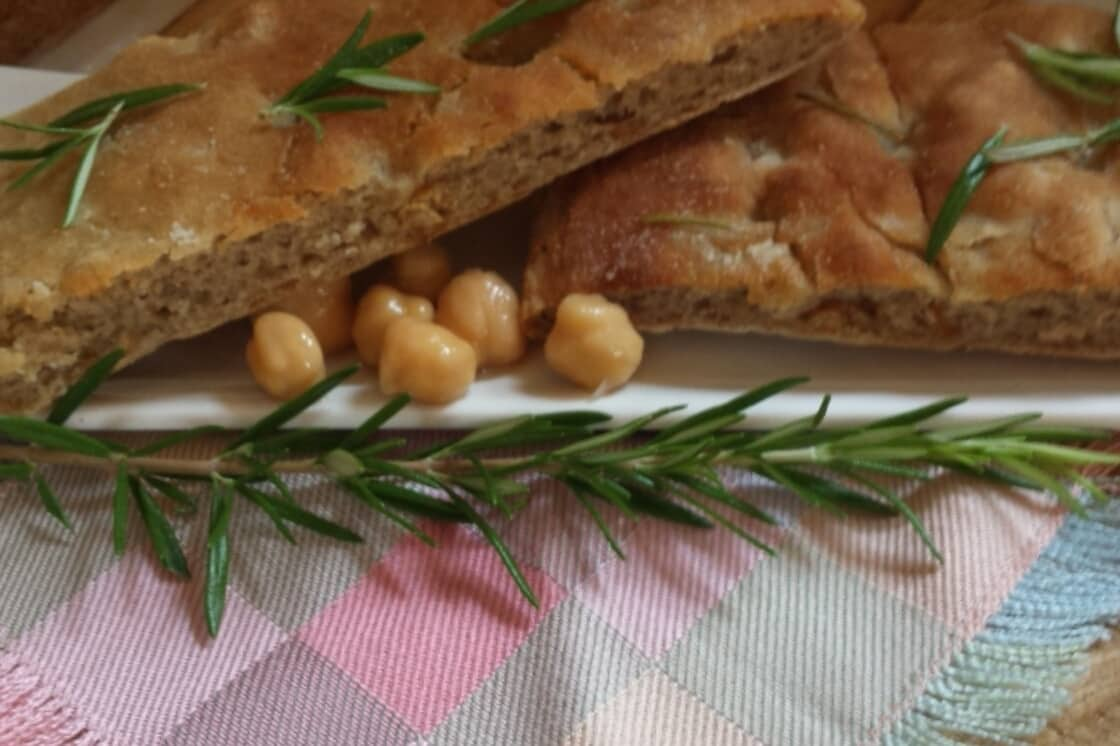 Focaccia con farina di grano saraceno, farina di ceci e rosmarino