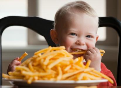 bambino-patatine-fritte