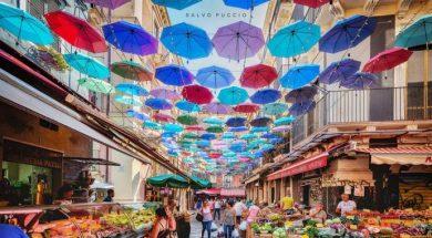 1563720312080.jpg–catania__ombrelli_colorati_sul_cielo_della_pescheria__la_foto_diventa_virale