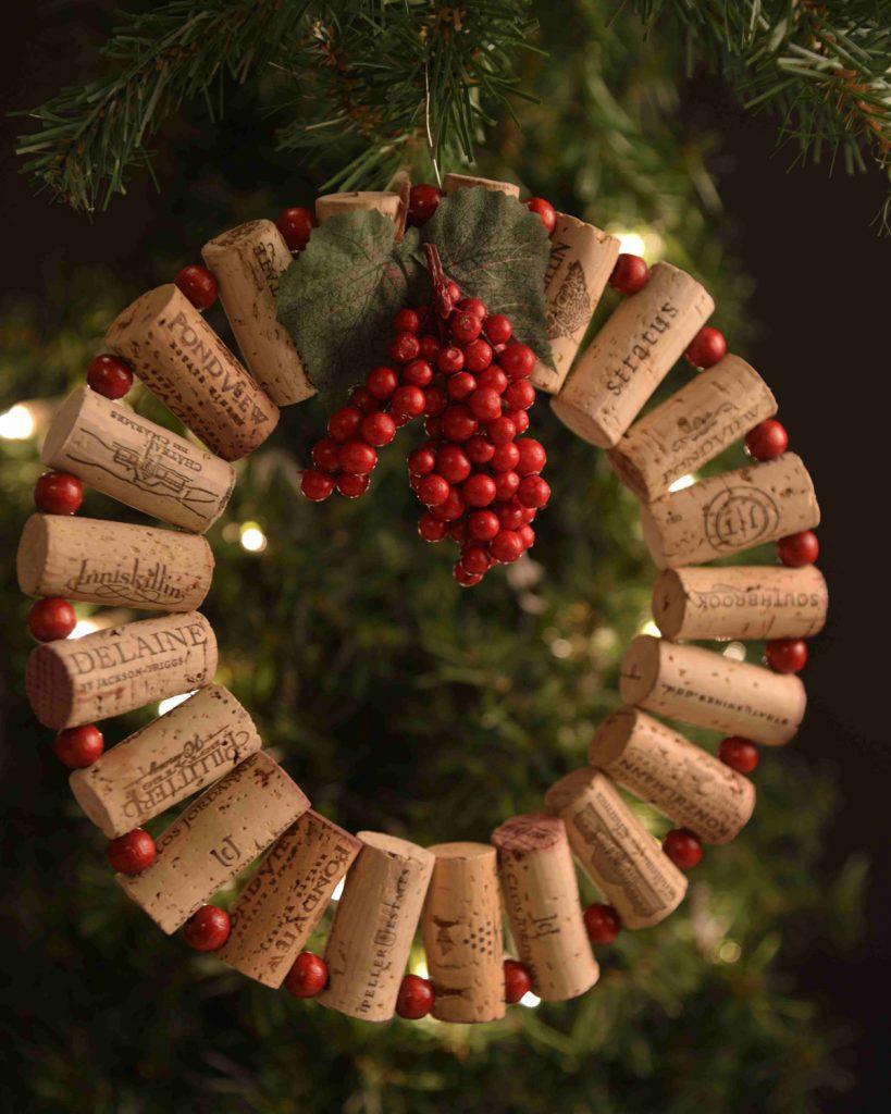 Ghirlanda-fai-da-te-di-Natale-con-tappi-di-sughero-palline-rosse-e-grappolo-di-bacche-con-foglie-di-agrifoglio.
