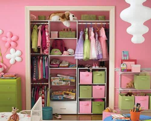 Cambio di stagione dell'armadio del bambino