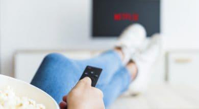 ritaglia-la-donna-con-popcorn-usando-il-telecomando-in-tv_23-2147930721