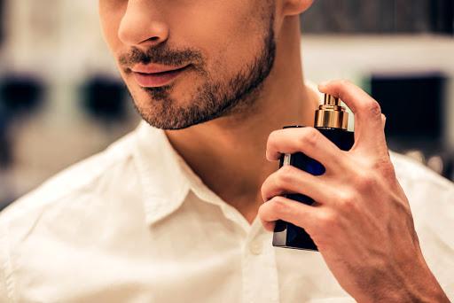 Regalare un profumo da uomo: come scegliere quello giusto