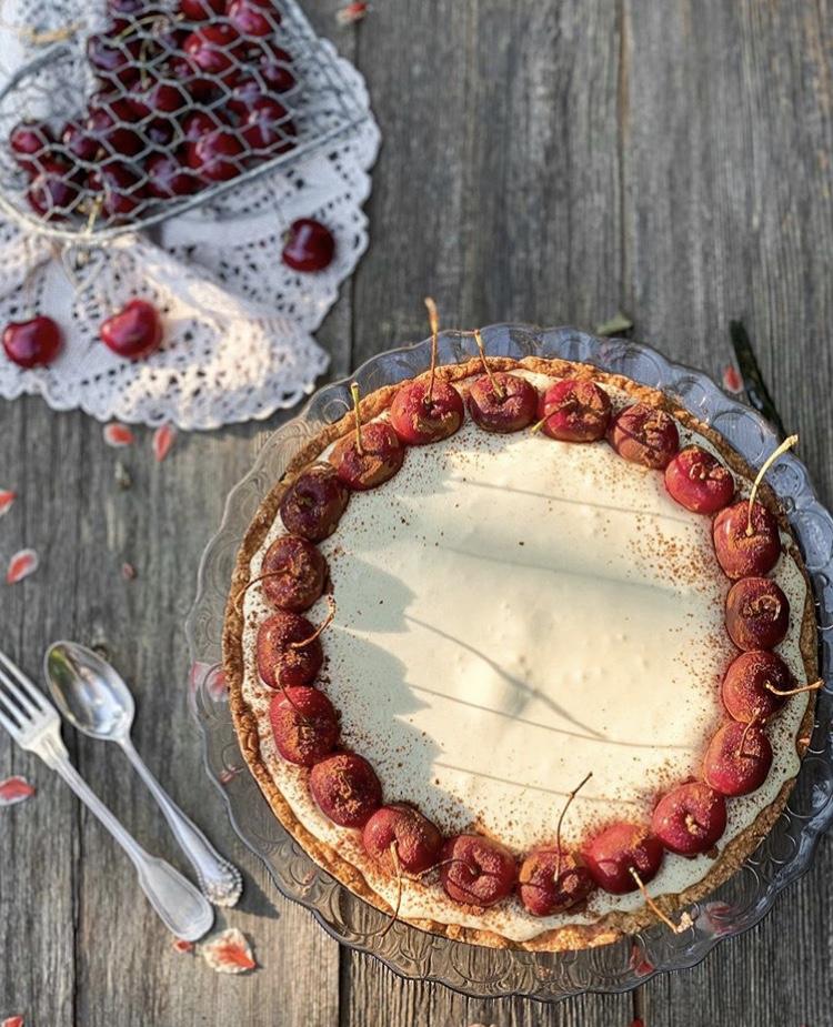 Crostata arricchita da ciliegie