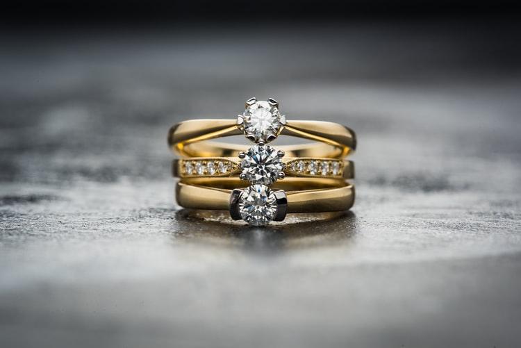 Come si pulisce un anello con pietre preziose