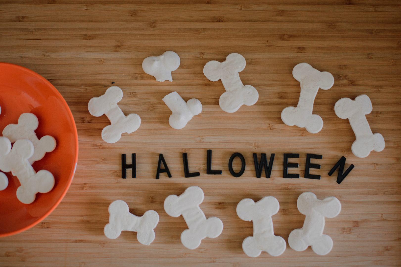Un Halloween alternativo in poche mosse: ossa e fantasmini di meringa