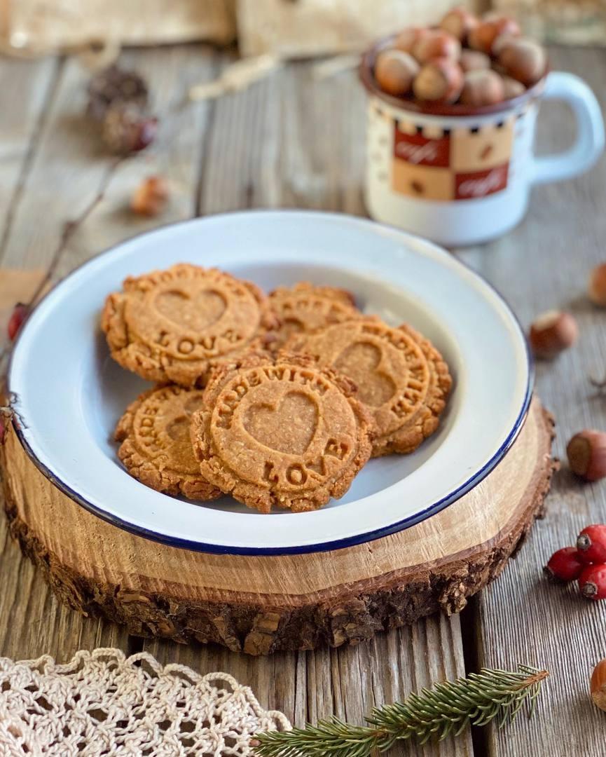 Biscotti con farina di ceci, nocciole, cannella e cocco